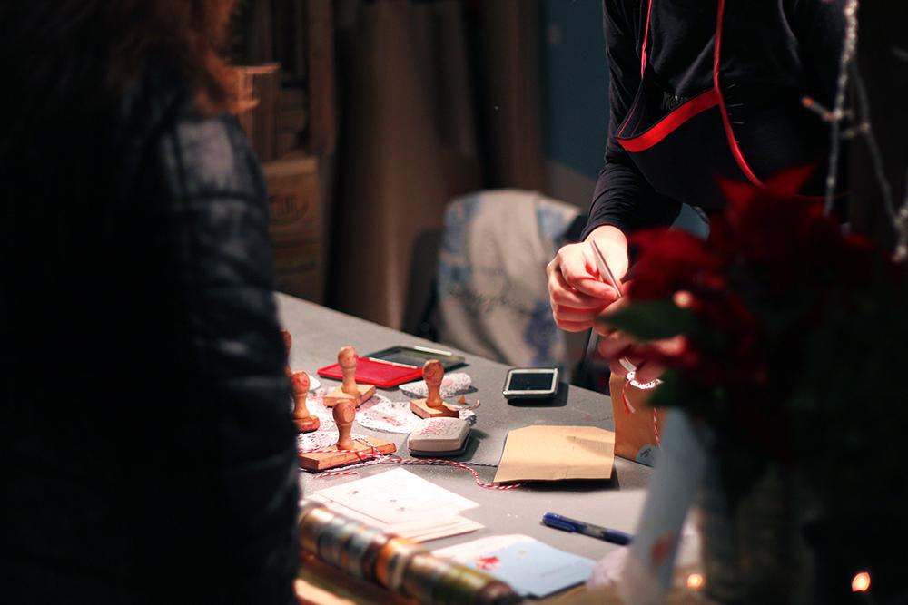 Puesto para envolver regalos en el Nómada Market