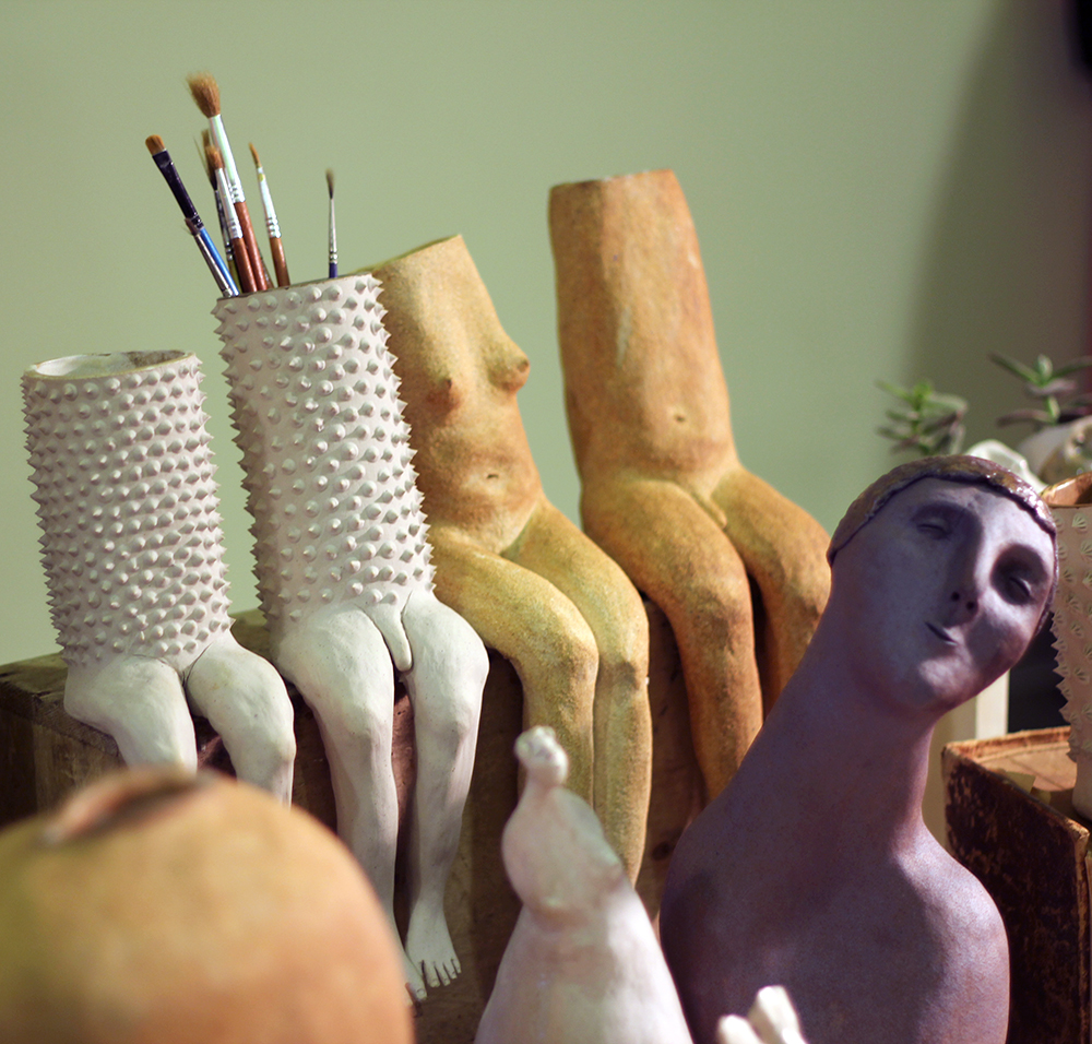 Flor Maqvey Uno Creaciones Cerámica Nómada Market lapiceros con cuerpo humano