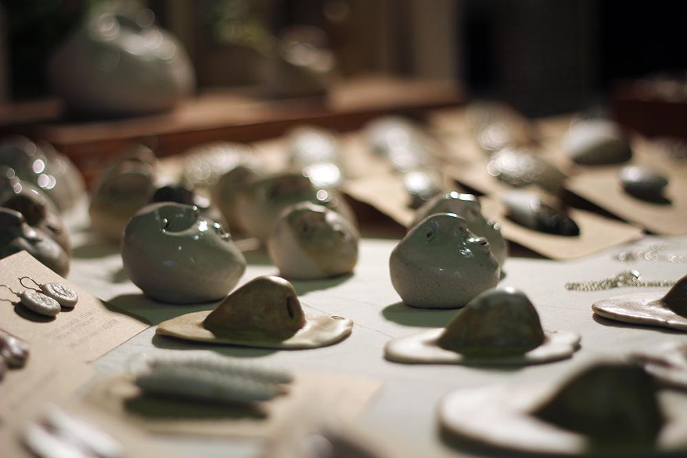 Flor Maqvey Uno Creaciones Cerámica Nómada Market varios objetos cerámicos pisapapeles nariz y cabeza