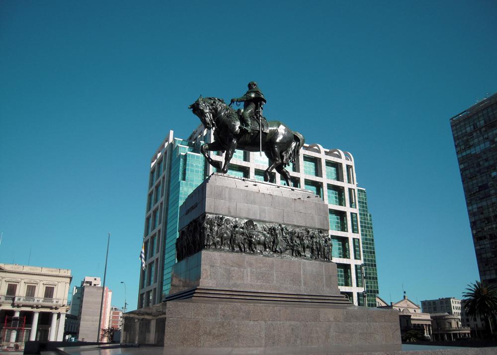 Plaza de la Independencia de Montevideo Monumento Estatua a Artigas a Caballo