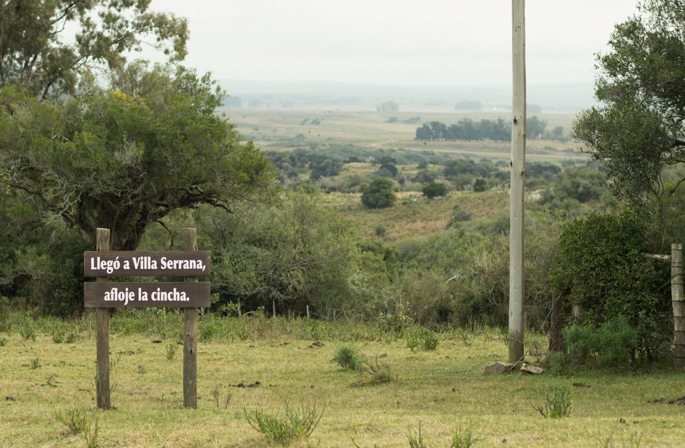 Villa Serrana cartel de recibimiento