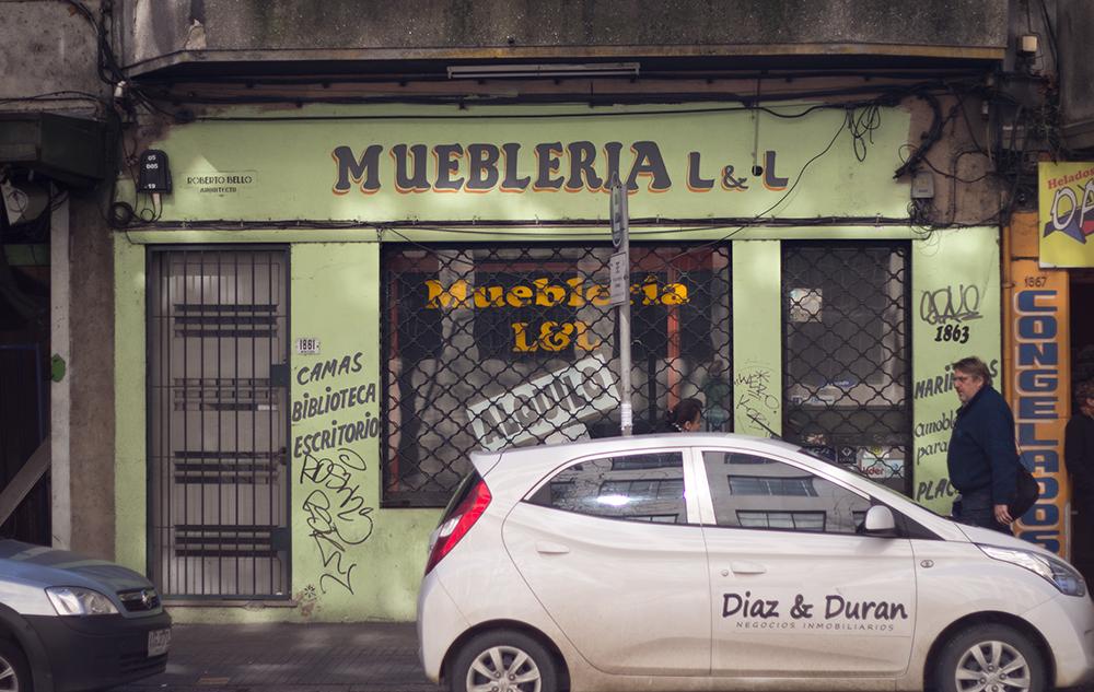 Montevideo calles Mueblería con letras pintadas a mano