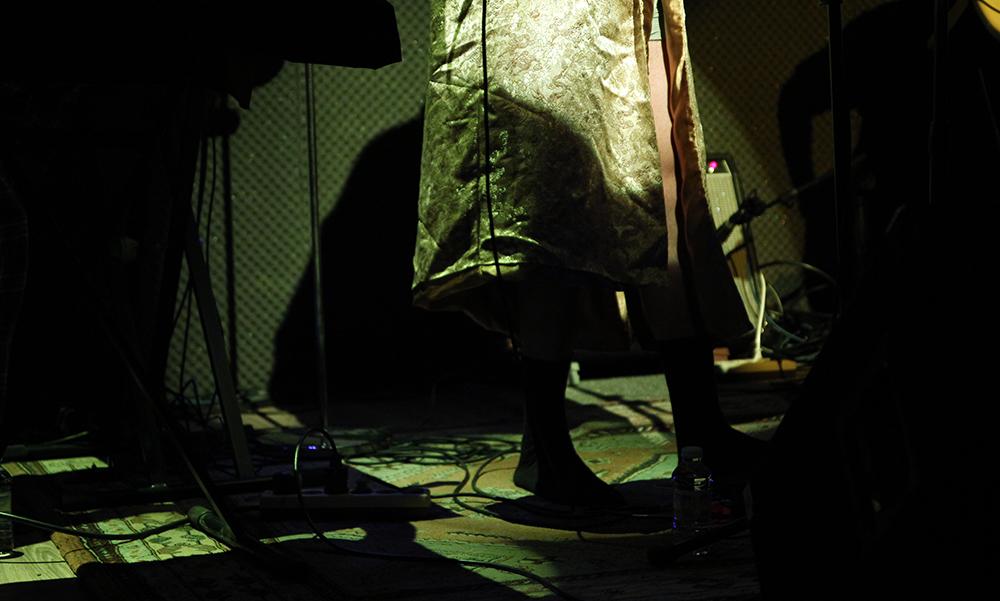 Miguel Ángel Blanca enseñando calcetines, pierna y calzoncillos con su bata dorada